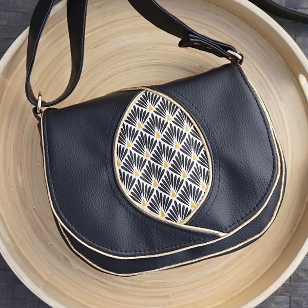 Classic black and gold for this Peekaboo Purse - Andrie Designs